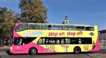 Berlin Sightseeing Tour: gelber Cabriodoppeldeckerbus der City Circle Tour vor dem Schloss Charlottenburg
